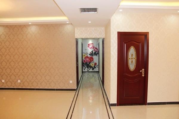 白墙红门客厅效果图