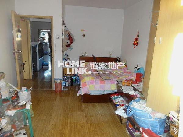 新买的房客厅在中间,南面有两间卧室,北面有一个餐厅和厨房。中间是客厅,这样的客厅如何设计,谢谢。( 有图吗) 客厅门能不能对着两个卧室中间的竖墙?( 不考虑别的,只按你说的这个那是可以的,客厅门对着卧室中间的墙没事; 要避讳的是:你家这个客厅门不能和...) 两个卧室中间夹着客厅,一个卧室还比客厅大,有什么方法可以改善?