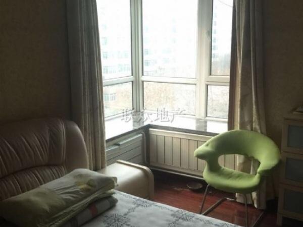 1客厅圆弧飘窗中间层满五一套房
