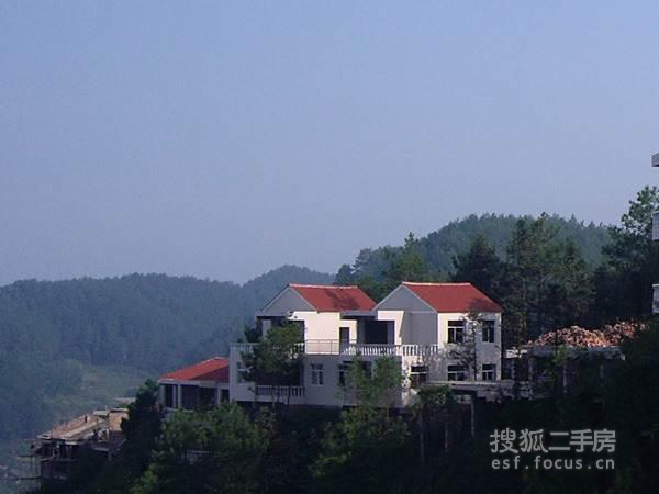 彩鉛畫風景房屋青山